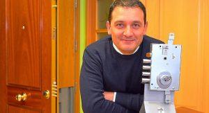 José Luis Cabrero, uno de los dos propietarios de la empresa puertas Cabma